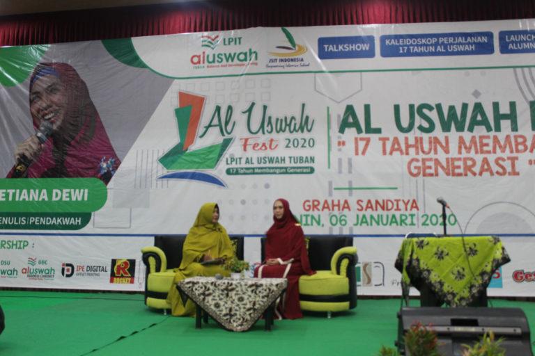 Oki Setiana Dewi saat mengisi acara Al Uswah Fest 2020 di Gedung Graha Sandiya Tuban (Foto admin/2020)