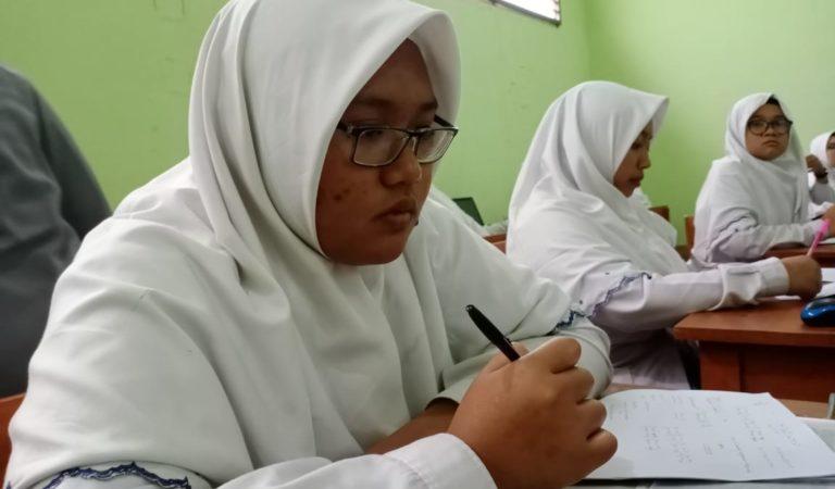 Siswa LPIT Al Uswah Belajar di Rumah dengan Tugas Via Online
