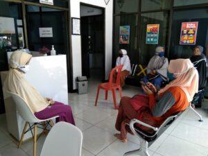 Orangtua saat menemani siswa rapid test (Foto: Rahayu/2020)