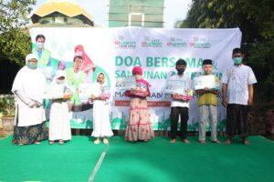 Foto bersama dengan perwakilan anak yatim piatu (Foto: MC/2020)