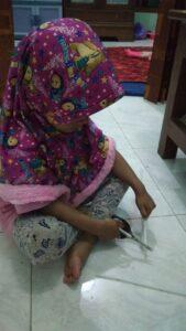 Siswi TPAIT Al Uswah latihan menggunting (Foto: Nana/2020)