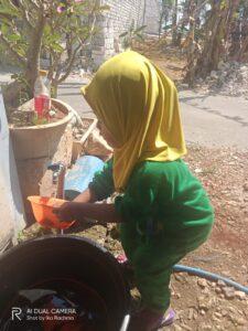 Siswi TPAIT Al Uswah lagi mencuci piring dengan mandiri (Foto: Nana/2020)