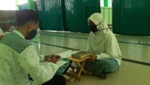 Proses ujian Al-Qur'an oleh penguji di SMAIT Al Uswah Tuban (Foto: Humas/2020)