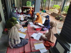 Rapat kerja ala lesehan di KBIT Al Uswah Tuban (Foto: Indah/2020)