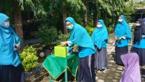 Tim guru SDIT Al Uswah Tuban dan KSPPS memasukkan sumbangan ke kotak (Foto: Humas/2021)