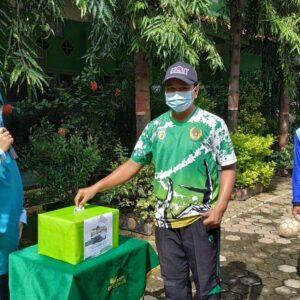 Waka Sarpras SDIT Al Uswah Tuban memasukkan sumbangan ke kotak (Foto: Humas/2021)