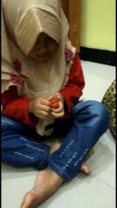 Salah satu siswi KBIT Al Uswah membuat kerajinan dari plastisin (Foto: Yuli/2021)