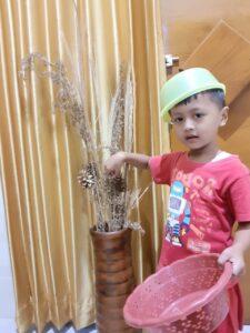 Salah satu siswa memerankan panen jagung di rumahnya (Foto: Humas/2021)