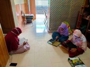 Evaluasi proses pembelajaran TPAIT Al Uswah Tuban (Foto: Nana/2021)
