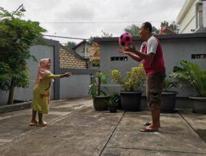 Siswi TKIT Al Uswah Tuban saat bermain sama ayah (Foto: Anik/2021)