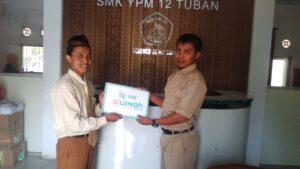 Penyerahan simbolis beasiswa dari DSU Tuban ke salah satu guru di SMK YPM Tuban (Foto: Susanto/2021)