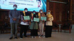 Penyerahan apresiasi lomba dari IGI Tuban (Foto: Ikhwan F/2021)