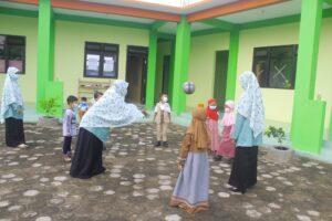 Ustazah saat membimbing siswa di observasi TKIT Al Uswah (Foto: Anik/2021)