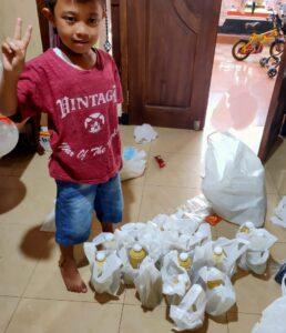 Kegiatan Siswa Siap membagi takjil Pekan Ramadan 1442 H TKIT Al Uswah Tuban (Foto: Humas/2021)