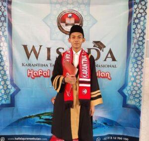 Ustaz Ahmad Fikri Baihaqi sesusai wisuda tuntas hafiz 30 juz di Kuningan (Foto: Naim/2021)