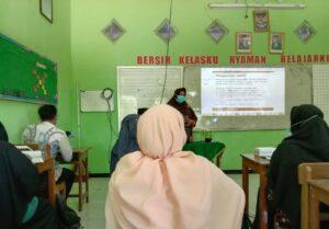 Salah satu guru saat pelatihan Budaya Kerja SDIT Al Uswah Tuban (Foto: Humas/2021)