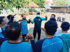 Permainan ustaz dalam TFT SDIT Al Uswah Tuban kepada guru (Foto: MC/2021)