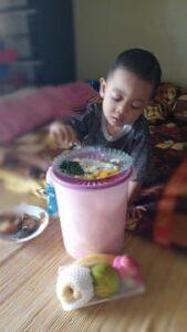 Anak saat makan sendiri (Foto: Reny/2021)