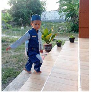 Salah satu siswa TKIT Al Uswah sedang berjalan di anak tangga (Foto: Anik/2021)