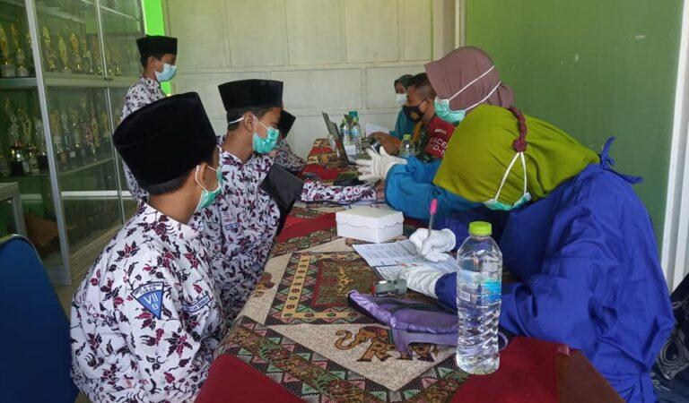 Santri SMPIT Al Uswah Tuban Sukseskan Program Vaksinasi