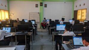 Santri melaksanakan ANBK dalam pengawasan guru (Foto: Humas/2021)