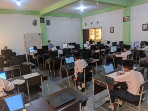 Santri melaksanakan ANBK mandiri di ruang komputer (Foto: Humas/2021)