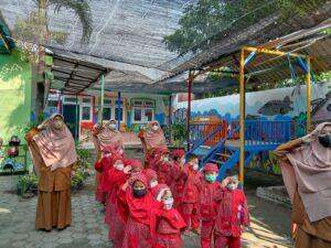 Suasana Keakraban Guru dan Siswa di KBIT Al Uswah Tuban (Foto: Humas/2021)