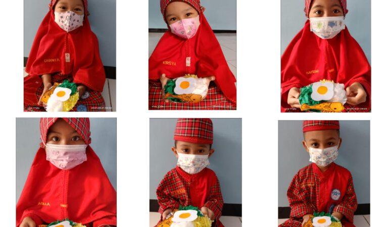 Menyiapkan Tiruan Makanan Sehat Siswa KBIT Al Uswah Tuban